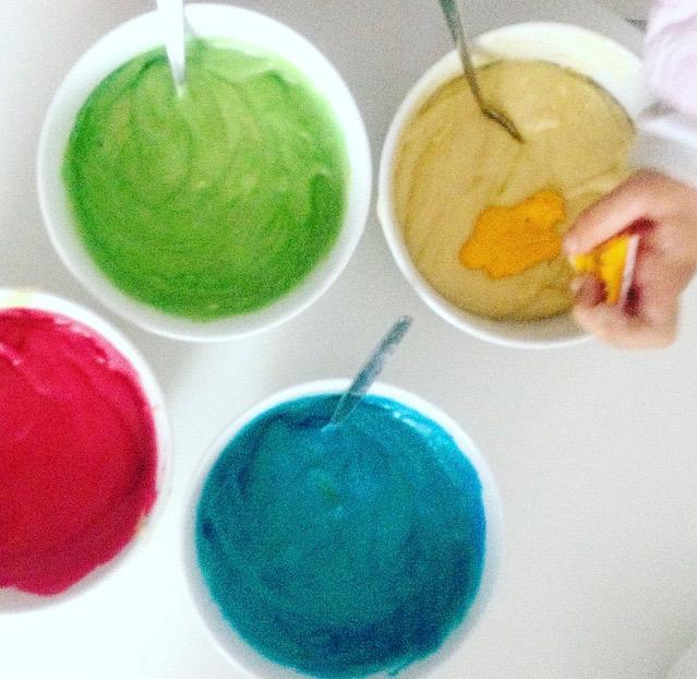 Viele bunte Farben für den Regenbogenkuchen