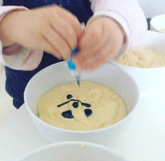 Jetzt geht es ans anmalen- der Teig für den Regenbogenkuchen wird mit Lebensmittelfarbe eingefärbt