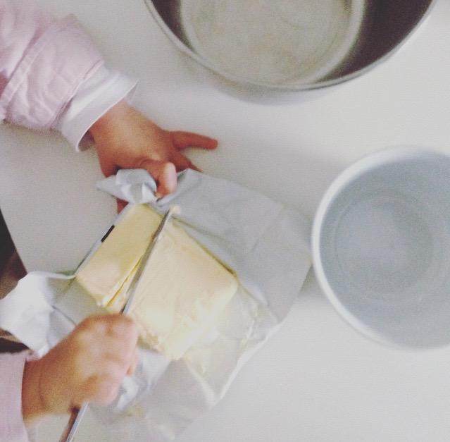Regenbogentorte - mit Kindern backen - selber Butter schneiden