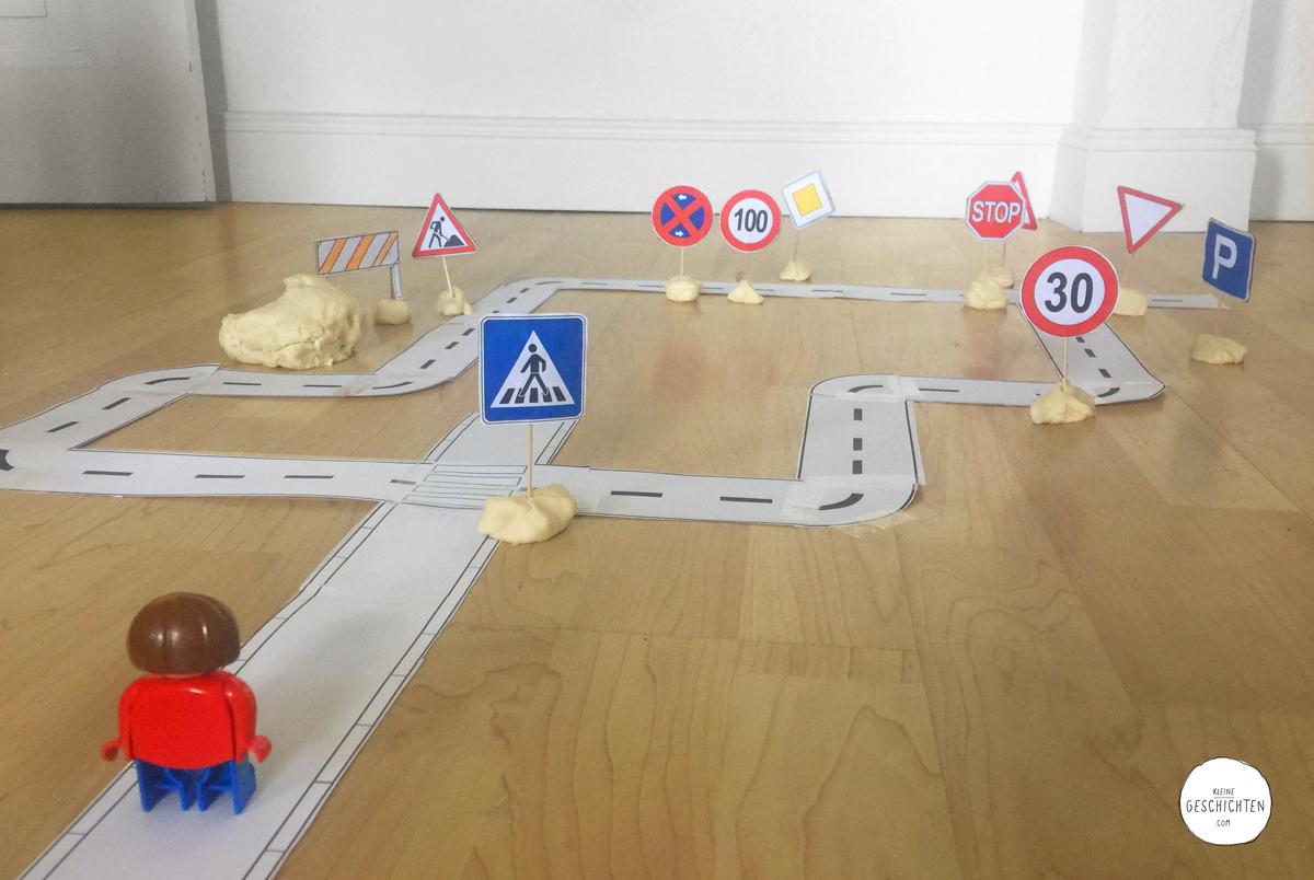 Kleine-Geschichten-02-Spieleideen-Knete-Basteln-mit-Kindern-Verkehrsschilder-lernen-sicher-im-Strassenverkehr