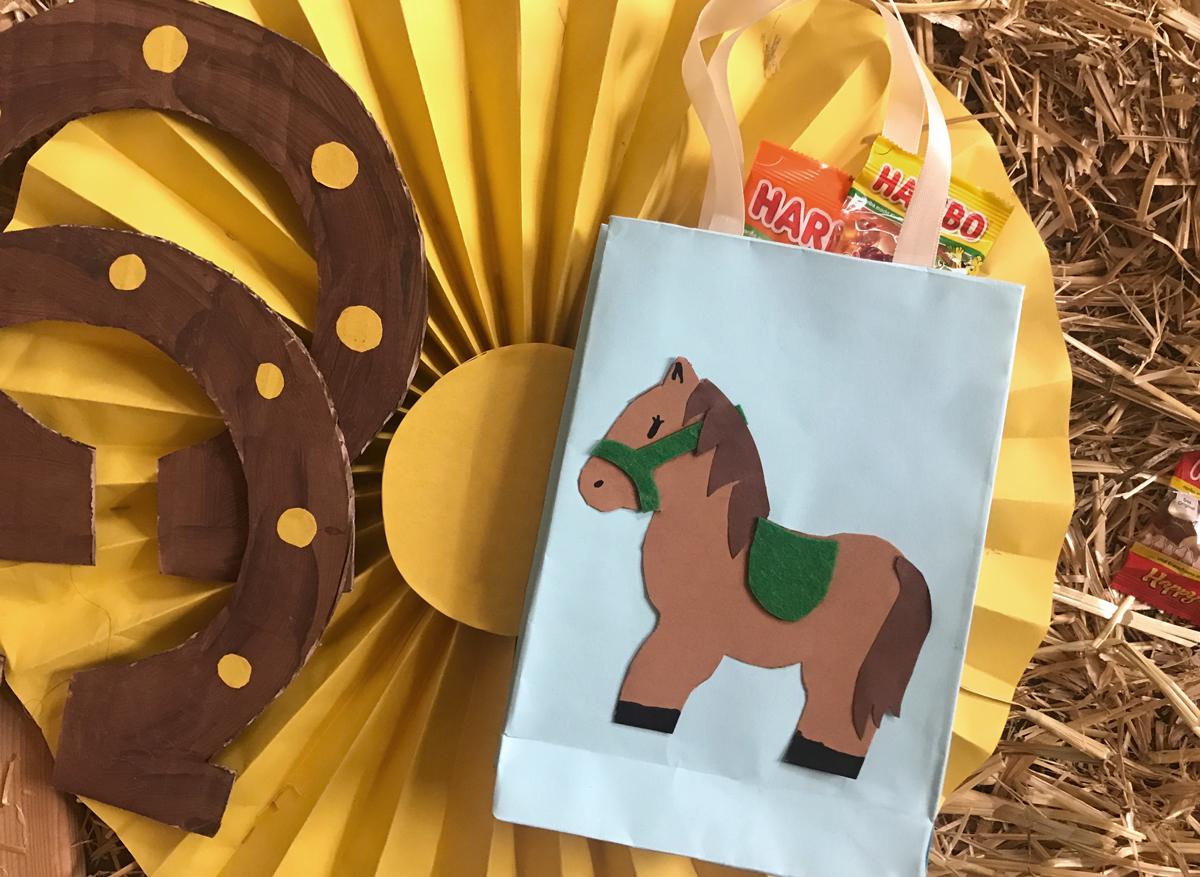 KleineGeschichten-Pferdetueten-Geschenktueten-Bastelanleitung-Pferde-Motto-Kindergeburstag-Party-Mitgebsel-Partygaeste-DIY