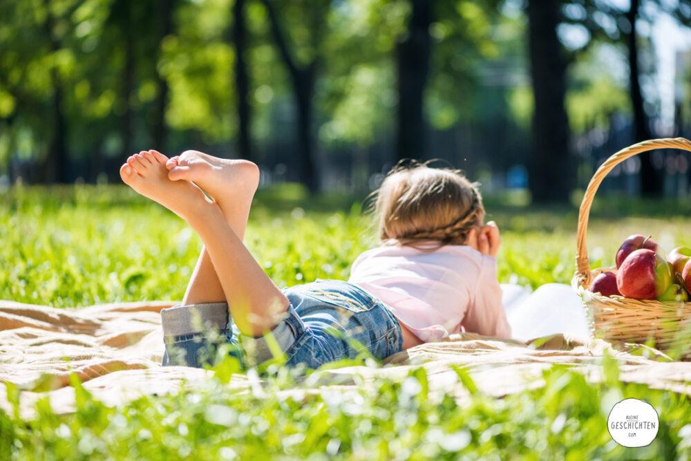 KleineGeschichten-Urlaub-Zuhause-Spiele-Bastel-Ausflugsideen-der-beste-Urlaub-der-Welt-Corona-Virus-Einreisebeschraenkungen-Urlaub-mit-Kindern-Picknick-Familienausflug