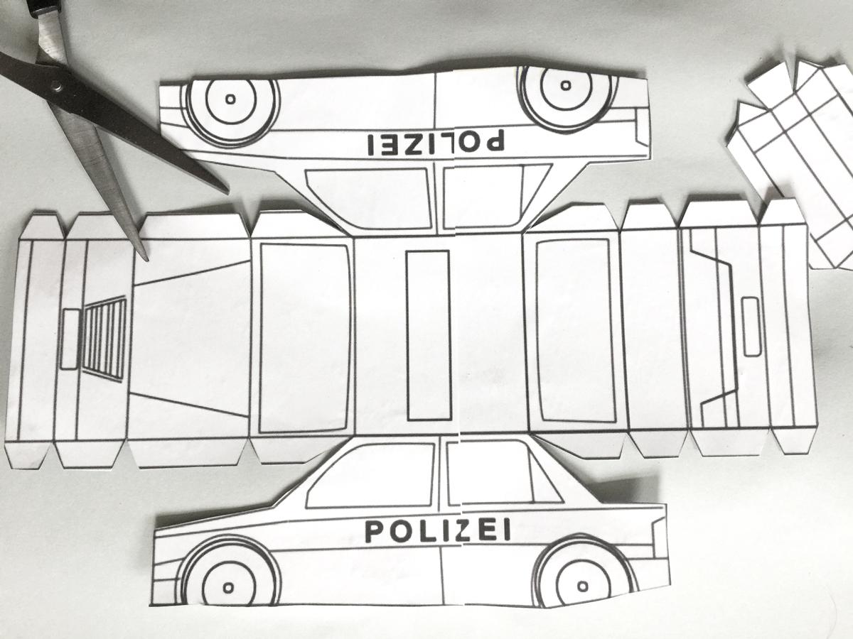 Polizei-Auto-04-selber-basteln-Kleine-Geschichten-Basteln-mit-Kindern-DIY-Anleitung-Polizeiparty