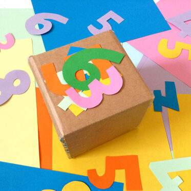 der-zahlenwuerfel-spielend-Mathe-lernen-Grundschule-mit-Kindern-zu-Hause-lernen-03