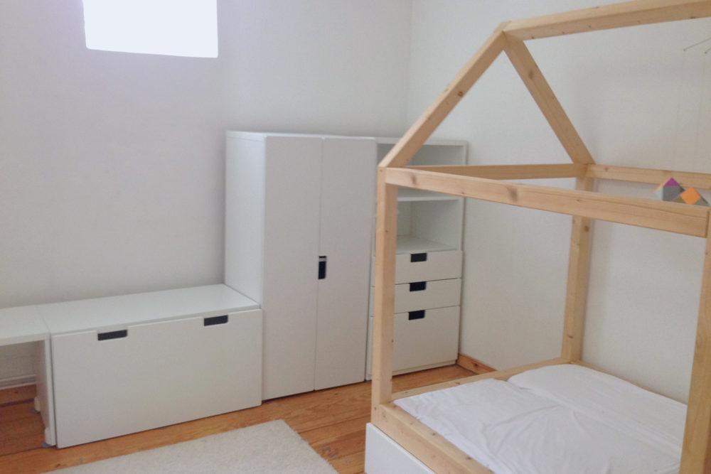 hausbett selber bauen hausbett selbst bauen bauanleitung f r ein kinder floor bed diy hausbett. Black Bedroom Furniture Sets. Home Design Ideas