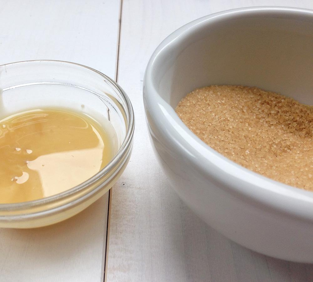 Wahlweise Honig und Zucker hinzugeben