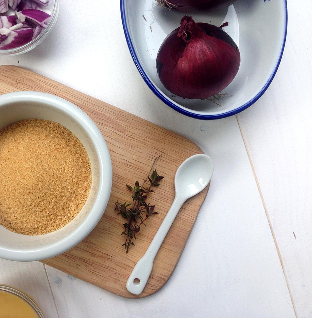 Hustensaft mit Zwiebeln, Zucker oder Honig und Thymian ganz einfach selber machen, schnell und natürlich