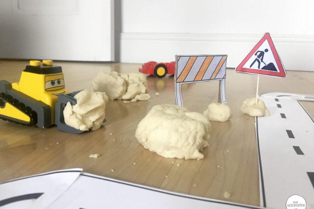 kleine-Geschichten-Spieleideen-Knete-Basteln-mit-Kindern-Verkehrsschilder-lernen-sicher-im-Strassenverkehr