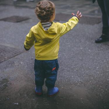 kleineGeschichten-kleine-Geschichten-Eltern-Tricks-ich-will-nicht-mehr-laufen-Kind-tragen-Arm-Tricks