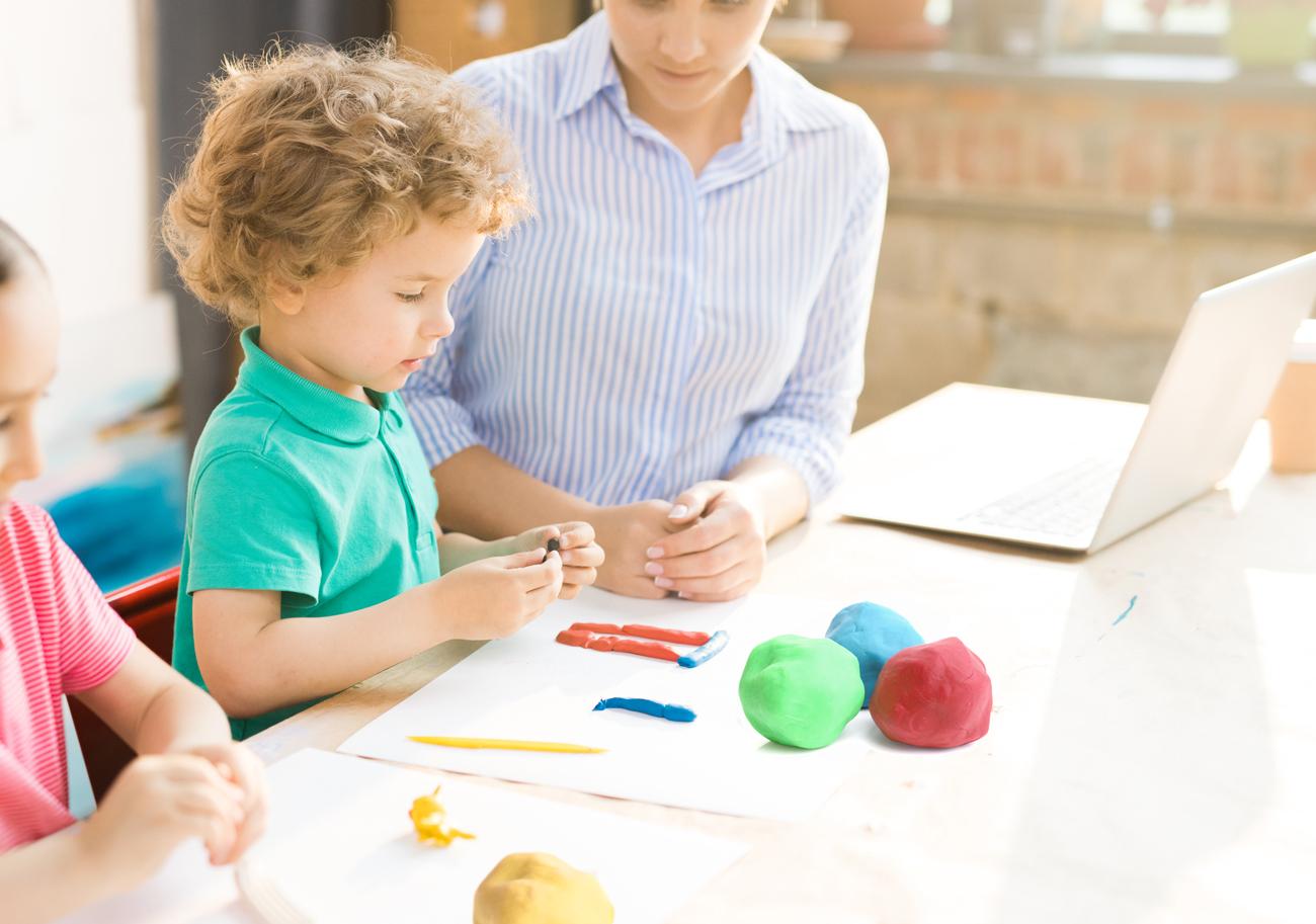 knete-selber-machen-diy-knete-selber-herstellen-fuer-Kinder-basteln-mit-Kindern-Beschaeftigungsideen-fuer-Kinder-Kindergartenalter-und-Schulkinder