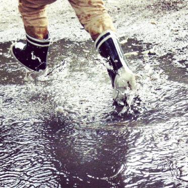 Pfützen springen - Unternehmungen mit Kindern an Regentagen - kleine Geschichte